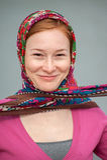 Donna dai capelli rossi con un fazzoletto annodato Fotografie Stock Libere da Diritti