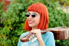 Donna dai capelli rossi con una chitarra Fotografia Stock Libera da Diritti