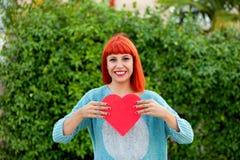 Donna dai capelli rossi rilassata nel parco Immagini Stock
