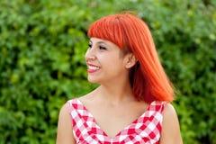 Donna dai capelli rossi rilassata nel parco Fotografie Stock