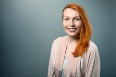 Donna dai capelli rossi sorridente che esamina macchina fotografica Fotografie Stock Libere da Diritti