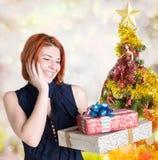 Donna dai capelli rossi sorridente felice con le scatole Fotografia Stock