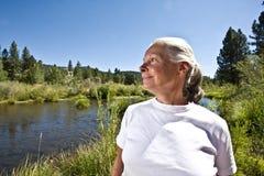 Donna dal fiume immagini stock
