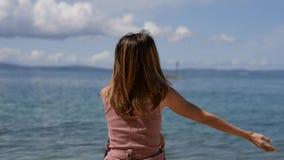 Donna dal mare della molla stock footage