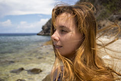 Donna dal mare in tempo ventoso Ritratto grazioso del ` s della donna sulla spiaggia Fotografie Stock Libere da Diritti