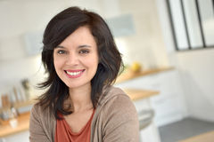Donna dark-haired sorridente Fotografia Stock Libera da Diritti