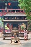 Donna davanti ad un altare al tempio della Nuvola Bianca Bai Yun Guan Beijing Fotografia Stock