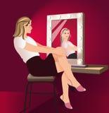 Donna davanti ad uno specchio per trucco Fotografia Stock Libera da Diritti