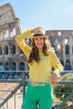 Donna davanti al colosseum a Roma, Italia Fotografie Stock