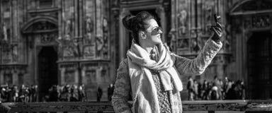 Donna davanti al duomo, Milano con la macchina fotografica digitale che prende foto immagini stock libere da diritti