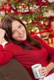 Donna davanti all'albero di Natale fotografia stock