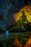 Donna davanti all'immagine di Buddha Immagine Stock Libera da Diritti