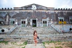 Donna davanti alla casa antiquata Fotografie Stock