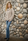 Donna davanti alla parete di pietra immagini stock libere da diritti
