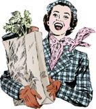 Donna degli anni 50 dell'annata con le drogherie Fotografie Stock Libere da Diritti
