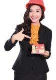 Donna degli appaltatori che indica una casetta fotografie stock