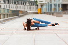 Donna degli Yogi che equilibra sulle mani Fotografie Stock Libere da Diritti