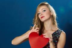Donna dei blons di giorno di biglietti di S. Valentino che rompe cuore rosso Fotografia Stock Libera da Diritti