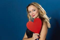 Donna dei blons di giorno di biglietti di S. Valentino che rompe cuore rosso Immagini Stock