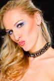 Donna dei capelli biondi con gli orli a forma di di bacio fotografia stock