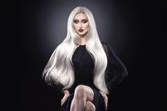 Donna dei capelli biondi del platino Immagini Stock