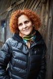 Donna dei capelli ricci della testarossa all'aperto Fotografia Stock Libera da Diritti