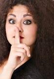 Donna dei capelli ricci nel gesto di silenzio fotografie stock libere da diritti