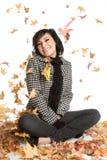 Donna dei fogli di autunno immagine stock libera da diritti