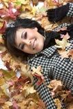 Donna dei fogli di autunno fotografia stock libera da diritti