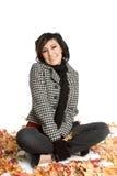 Donna dei fogli di autunno immagini stock libere da diritti