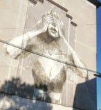 Donna dei graffiti che wallpainting parete nuda Immagine Stock