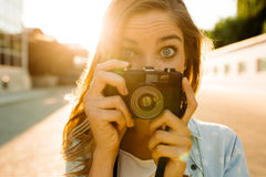 Donna dei pantaloni a vita bassa con la retro macchina da presa Fotografia Stock Libera da Diritti