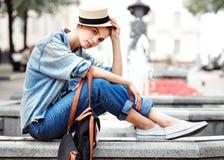 Donna dei pantaloni a vita bassa nello stile della città di modo del parco Immagini Stock