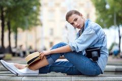 Donna dei pantaloni a vita bassa nello stile della città di modo del parco Fotografia Stock