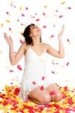 Donna dei petali del fiore Fotografie Stock Libere da Diritti