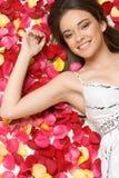 Donna dei petali del fiore Fotografia Stock Libera da Diritti