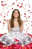 Donna dei petali del fiore Immagini Stock Libere da Diritti