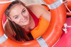 Donna del bagnino in servizio con il salvagente della boa di anello Fotografia Stock