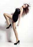 Donna del ballerino di bellezza in nero e vetri immagini stock libere da diritti