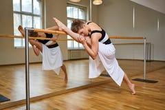 Donna del ballerino di tango che excersizing nella stanza dello studio di ballo Immagini Stock
