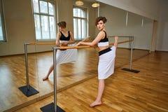 Donna del ballerino di tango che excersizing nella stanza dello studio di ballo Immagine Stock