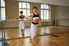 Donna del ballerino di tango che excersizing nella stanza dello studio di ballo Fotografia Stock