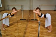 Donna del ballerino di tango che excersizing nella stanza dello studio di ballo Immagini Stock Libere da Diritti