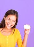 Donna del biglietto da visita che mostra sorriso amichevole gentile Immagine Stock Libera da Diritti