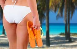 Donna del bikini alla spiaggia immagini stock