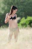 Donna del bikini fra alta erba asciutta Fotografia Stock