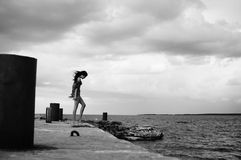 Donna del Brunette che cammina sul lato di mare. Fotografie Stock Libere da Diritti