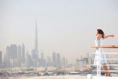 Donna del Brunette che si leva in piedi sulla piattaforma della fodera di crociera Fotografie Stock Libere da Diritti