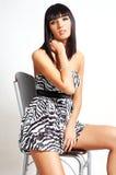 Donna del brunette di modo che osserva giù Fotografie Stock