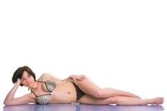 Donna del Brunette in un bikini fotografia stock